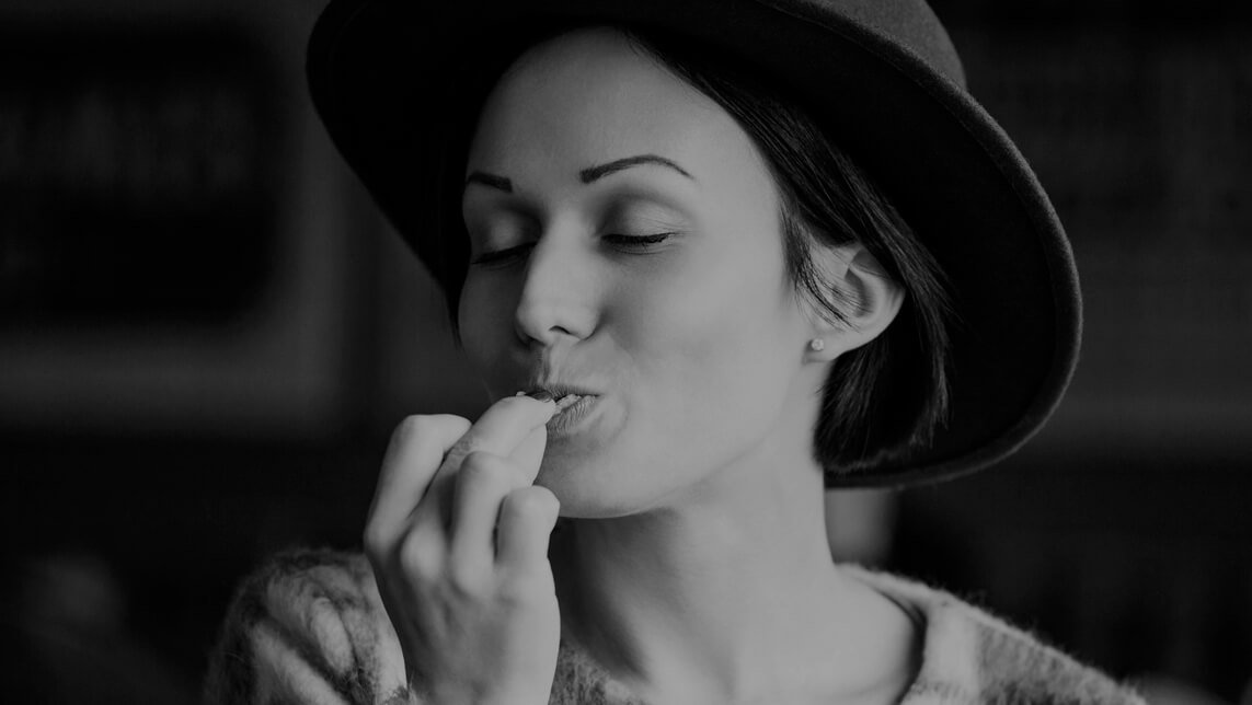 foto-chica-comiendo-snacks-black-bag